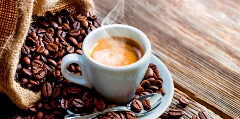 Cafeína: o que é, quais os benefícios e como tomar? Descubra aqui